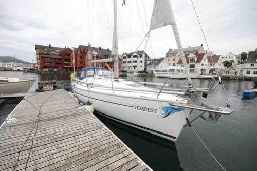 Tempest ligger i havn i Florø. Artig å se båten i virkeligheten