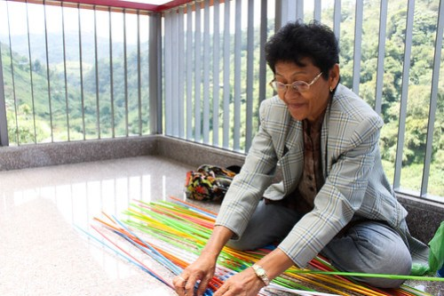 Lady Weaving Plastic Straws