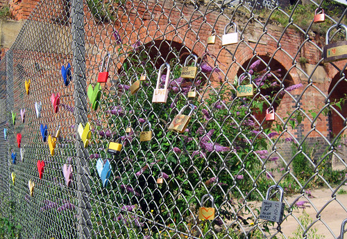 Yarn and Padlock fence bombing, Shoreditch