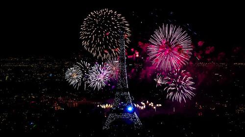 feu d'artifice du 14 juillet 2012 sur le sites de la Tour Eiffel et du Trocadéro à Paris vu de la Tour Montparnasse - Fireworks on Eiffel Tower