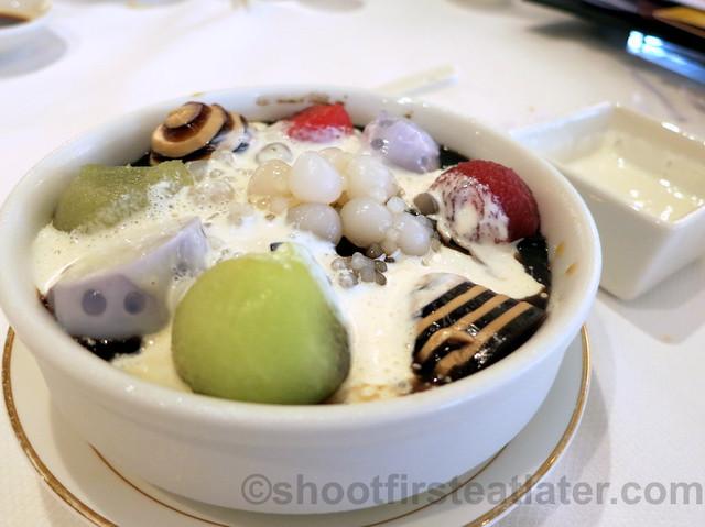 chilled sweetened sago cream with fresh fruits, coffee & taro puddings HK$26-001