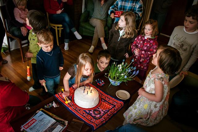 sadie's 5th birthday cake crowd 3