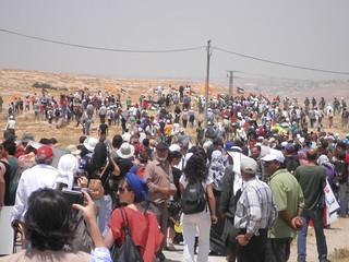 המפגינים על גבעת הטרשים