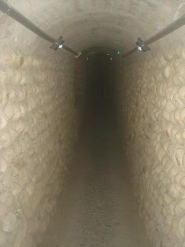 狹長窄小隧道
