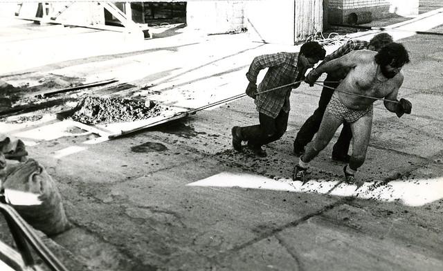 Весна пароход в доке Буммаша кладём цемент 3 мужика