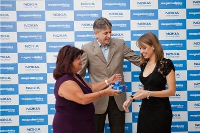 Mayara-Rodrigues-recibe-el-equipo-Nokia-Asha-303-397x265