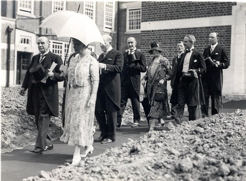 Queen Mary walkabout, 1930 (small)
