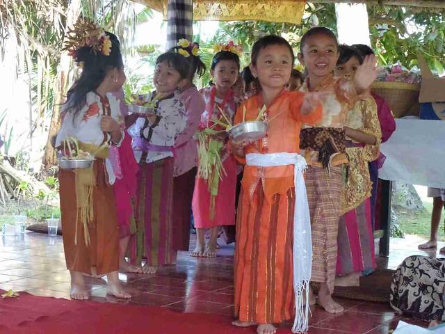Gandhi's BD: Kinder gals dancing