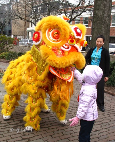 Offering Hongbao to The Lion