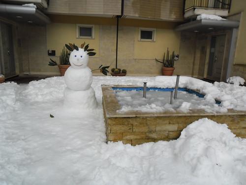 Pupazzo e fontana di ghiaccio