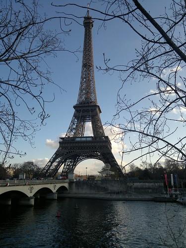 Torre Eiffel de um ângulo não comum by jailsonrp
