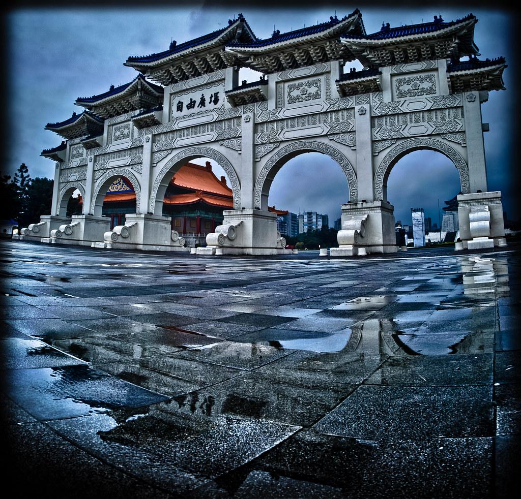 chiang kai shek memorial hall early in the morning