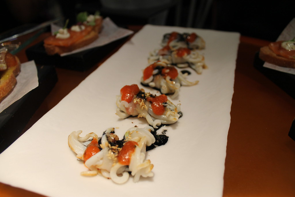 atadillos de calamar con vinagreta de su tinta, con sésamo y huevas de bacalao