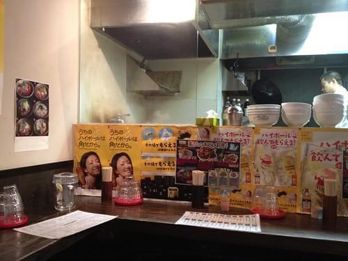 店内はカウンター席のみ。@刀削麺 張家 麹町店
