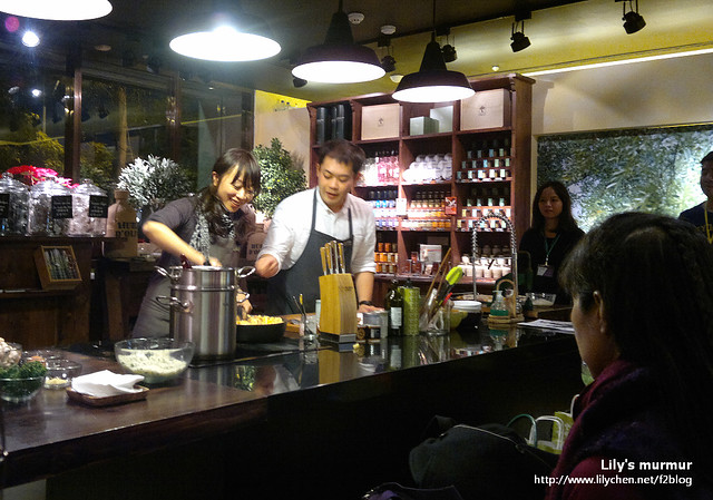 Winnie是中間正在拌義大利麵的那位,旁邊是Olivers&Co.的服務人員,正在協助她。