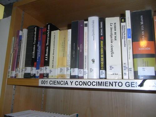 Libros sección Ciencia en la Biblioteca.