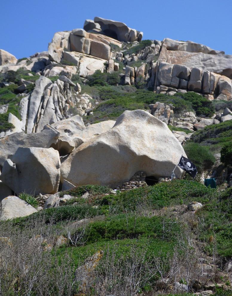 Capo Testa - La Valle della Luna - accampamento sotto il sasso
