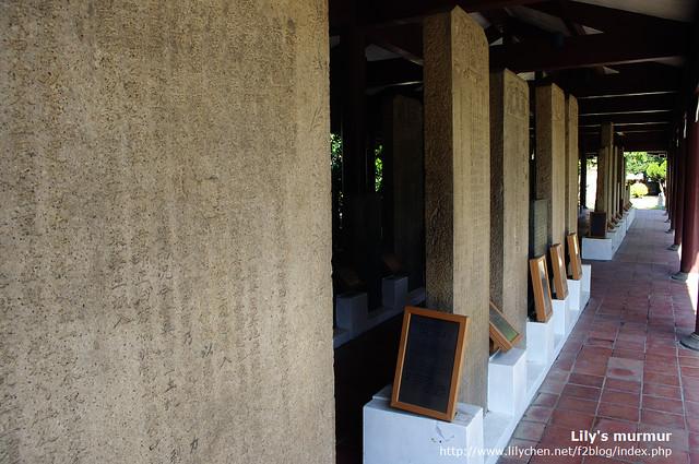 每一件碑旁都有牌子解釋碑文,還有英文翻譯。
