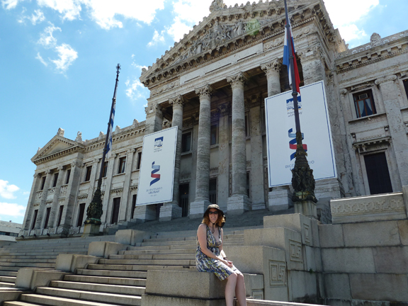 Amy in front of Palacio Legislativo