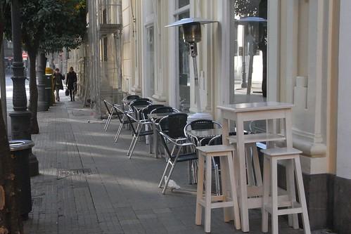 Calle Diego de León delante del establecimiento Cafetería La Tortuga.