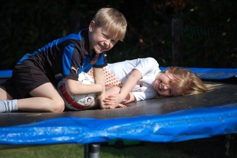 Rune en Elle op de trampoline