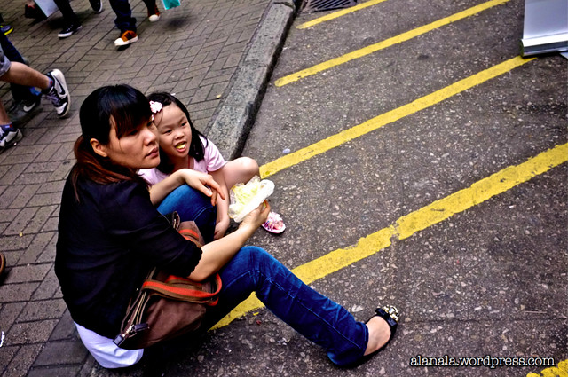 Mainland tourist/Loving mom feeding daughter