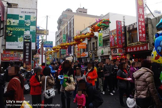 瞧瞧這個鹿港老街的人潮,這邊還算是人少的,人多的地方簡直寸步難行,都被人潮推著走啊!