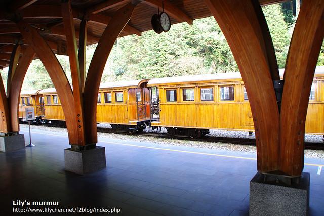 月台看出去是獨特的檜木車廂,每週四才有行駛。