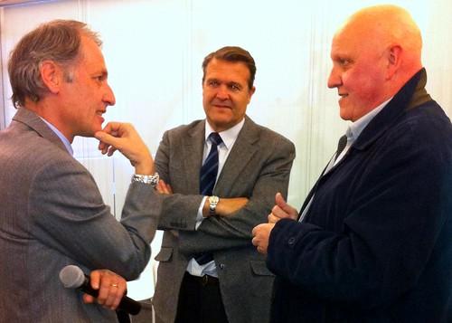 Antonio de Orbe y Jacobo Rentería, de IBM, conversan con el periodista Leontxo García.