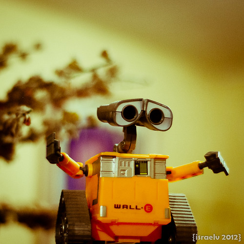WALL·E longs for EVE by israelv