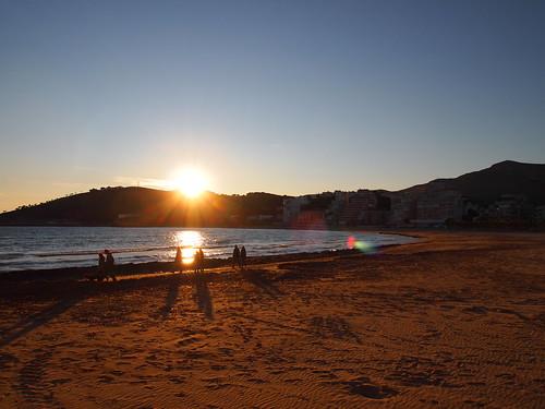 Paseo por la playa al atardecer