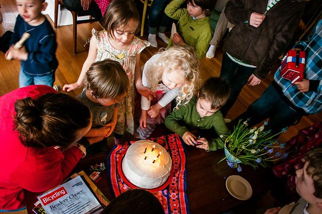 sadie's 5th birthday cake crowd 10