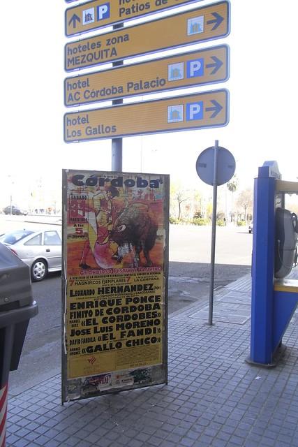 Cartel corrida del cáncer atada a mobiliario urbano en la avenida de América. Marzo 2012.