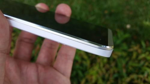 กรอบด้านหน้า i-mobile IQX Octo ใช้วัสดุเป็นอลูมิเนียมลบมุม ดูดีทีเดียว
