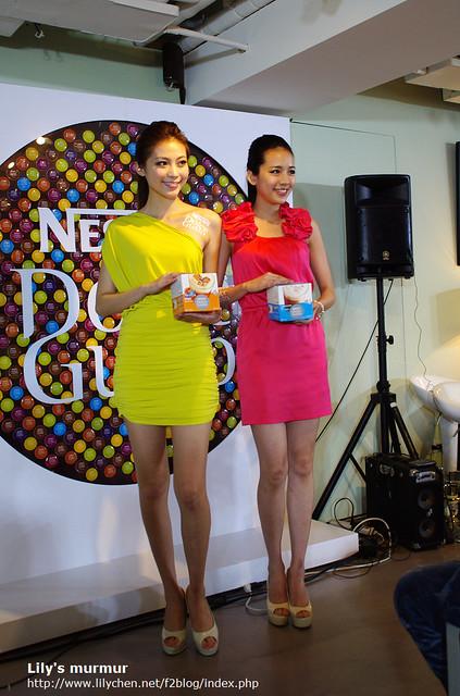 有兩位美麗的Model現場展是新口味包裝!