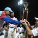 Róger Machado recibe el trofeo del primer lugar