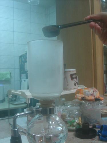 syphon燒開加入咖啡粉2