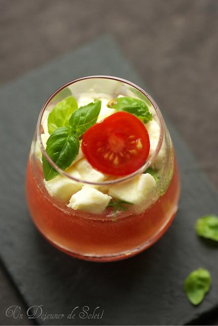 Acqua di pomodoro, mozzarella e basilico