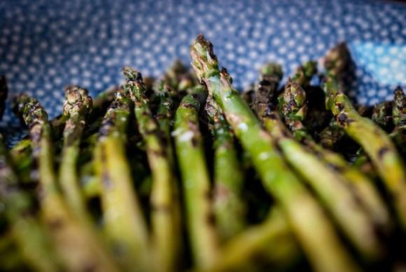 Bekentenissen van twee aspergejunks: gegrilde groene asperges met zwarte sesam
