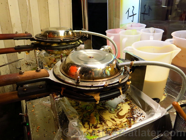 Raohe St. Night Market- eggette or bubble waffle