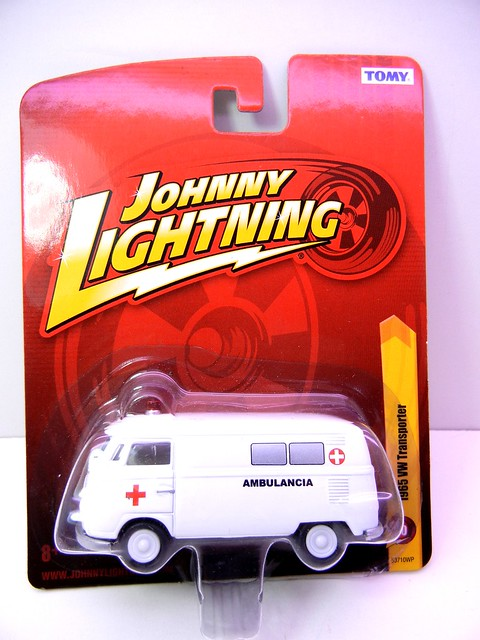 johnny lightning 1965 volkswagen transporter ambulance (1)