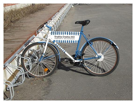 Kuva Graphica Creativa 2012 -näyttelyä mainostavasta polkupyörästä.