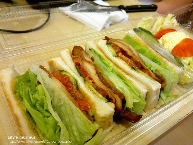 我給尼外帶的燻雞肉三明治,尼說味道也不錯呢!