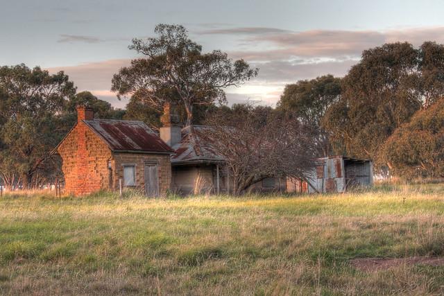 Derelict farmhouse on Somerton Road 2012-05-18 (_MG_8015_6_7)