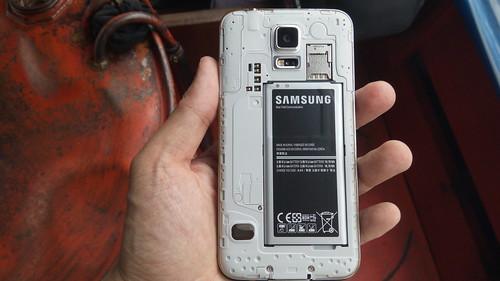 แกะฝาหลังของ Samsung Galaxy S5 ออกมาดู