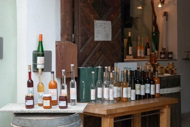 因為來的時間已經晚了,街上的商店多半關門了,只剩下幾家葡萄酒還開著