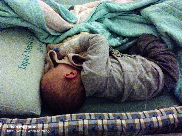 第一天住院幾乎無法睡的小妮,睡一下下就會起來哭,很可憐啊。