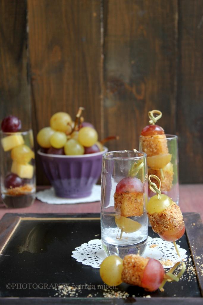 Cubotti di Caciocavallo di Ciminà,  con granella di nocciole di Piemonte, miele di castagne di Calabria e uva fresca