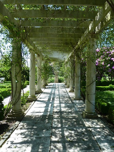 Rosecliff garden