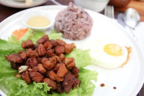 Filipino Lon-si-log at Cafe by the Ruins